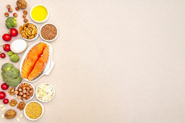 Кетогенная диета концепция, здоровое питание на бежевом фоне Premium Фотографии