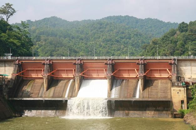 Kewlom dam, lampang province, thailand Premium Photo