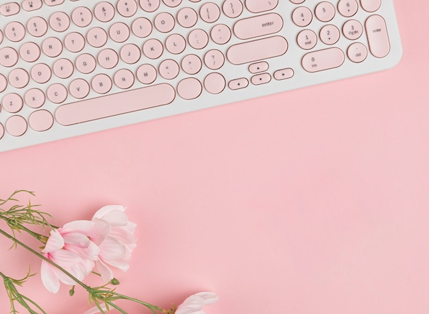 Keyboard and flowers copy space Premium Photo