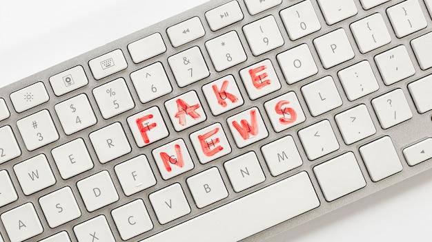 フェイクニュース付きキーボード 無料写真