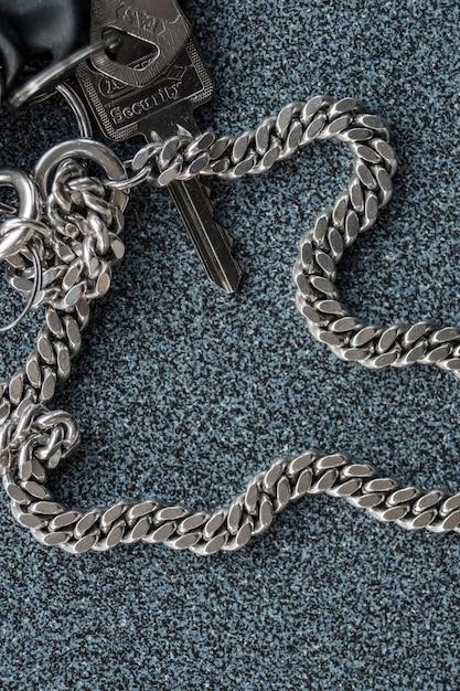 Un portachiavi e una chiave con su scritto