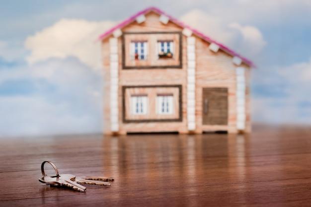 鍵は新しいミニチュアの家の近くにあります Premium写真