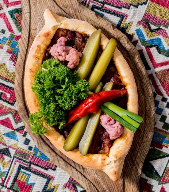 ハチャプリとチーズ、野菜、卵。グルジアの郷土料理。 Premium写真