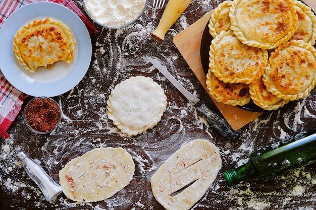 グルジアのケーキ生地、またはパイkhachapuri。家庭生活、ベーカリー。 Premium写真