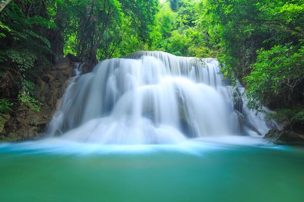 Khayan srinagarindra国立公園のhuay mae kamin滝。 Premium写真