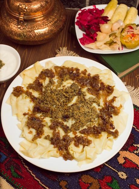 白人の伝統的な食べ物、ヒンカリ、khingalはturshuを添えて。 無料写真