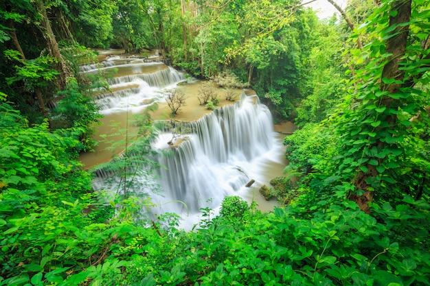 Khuean srinagarindra国立公園のhuay mae kamin滝。 Premium写真
