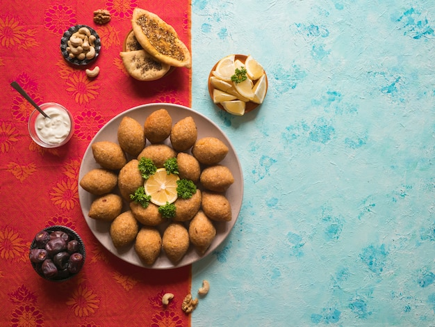 Арабская мясная закуска kibbeh. традиционный арабский киббе с бараниной и кедровыми орешками. Premium Фотографии