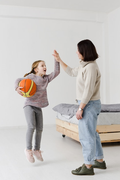 Малыш и мама делают высокие пять Бесплатные Фотографии