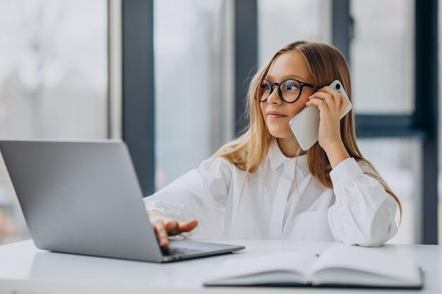 ノートパソコンを使用して電話で話している子供の上司 無料写真