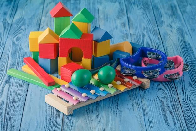 Детские творческие игрушки. музыкальные инструменты на деревянной синей поверхности Premium Фотографии