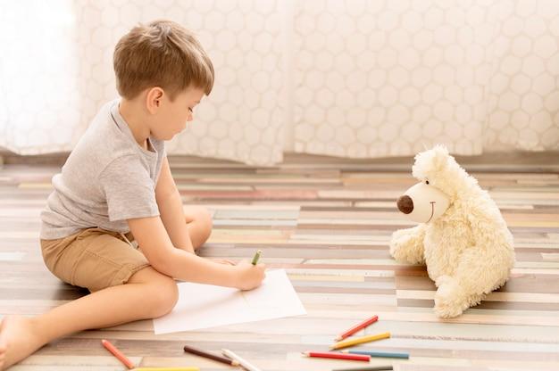 床に描く子供 無料写真