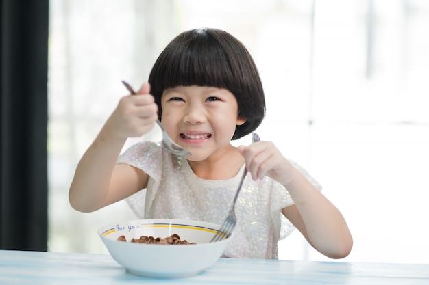 음식을 먹는 아이, 행복한 시간, 아침 식사 프리미엄 사진