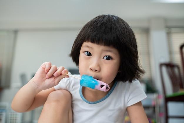 아이스크림을 먹는 아이 프리미엄 사진
