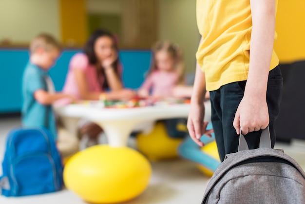 Ребенок держит рюкзак с копией пространства Бесплатные Фотографии