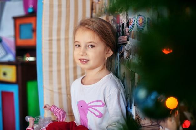 Малыш в пижаме. рождество и новый год Premium Фотографии