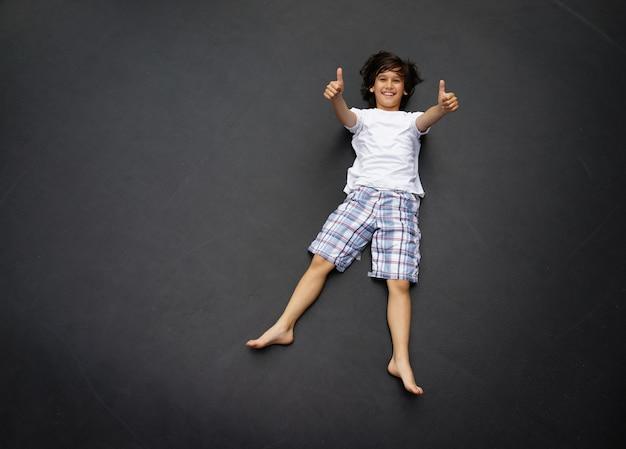 Кид прыгает высоко Premium Фотографии