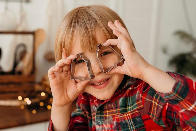 Bambino che gioca con i biscotti del modulo Foto Gratuite