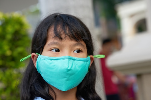 Kid waers mask for protection of pm dust Premium Photo