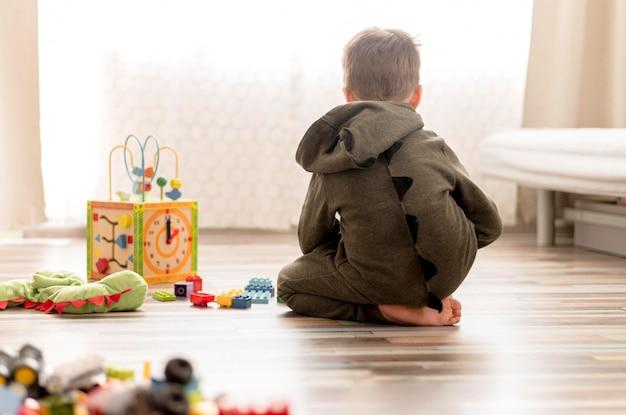 自宅で遊ぶ衣装の子供 無料写真