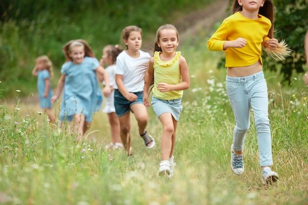 Bambini, bambini che corrono sul prato verde Foto Gratuite