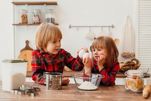 Дети готовят вместе дома Бесплатные Фотографии