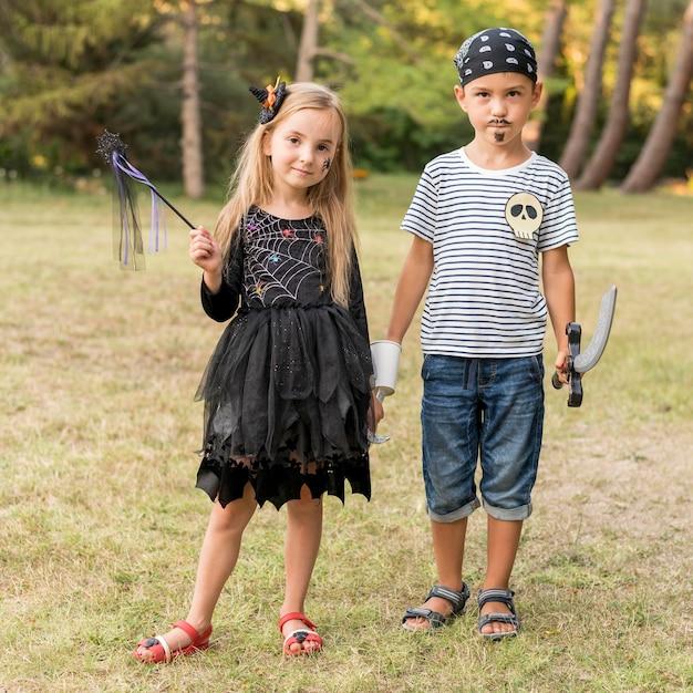 ハロウィンの衣装を着た子供たち 無料写真