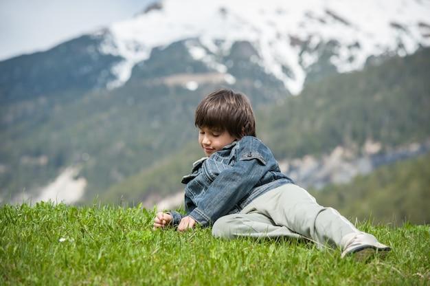 牧歌的なアルプスの美しい春の休暇を持つ子供たち Premium写真