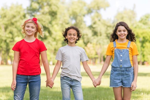 手をつなぐ子供たち 無料写真