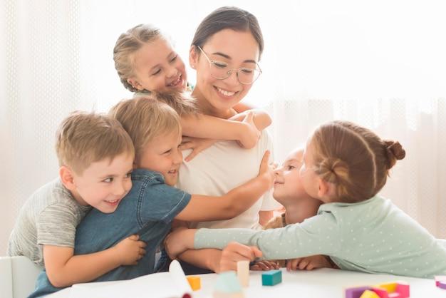 子供たちは先生を抱いて 無料写真