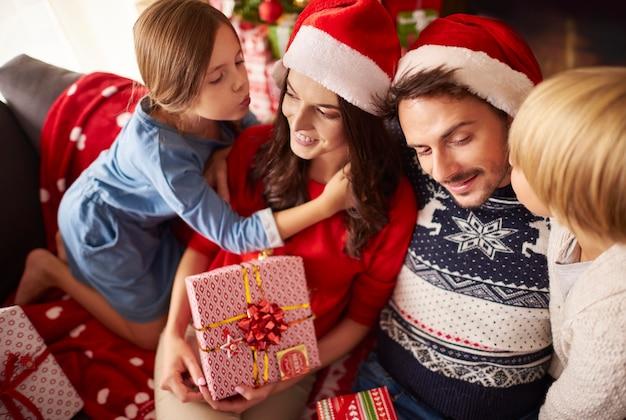 クリスマスに両親にキスする子供たち 無料写真