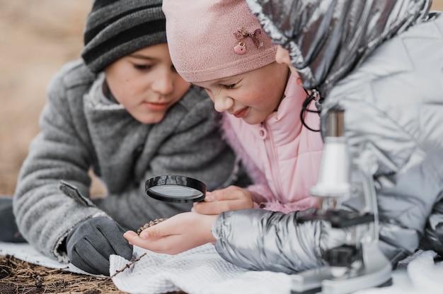 자연 속에서 새로운 과학을 배우는 아이들 무료 사진