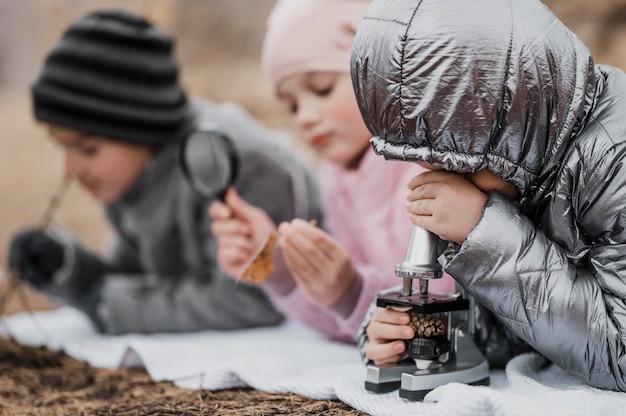 야외 자연 속에서 새로운 것을 배우는 아이들 무료 사진