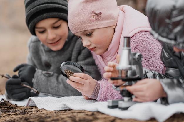 자연 속에서 새로운 것을 배우는 아이들 무료 사진