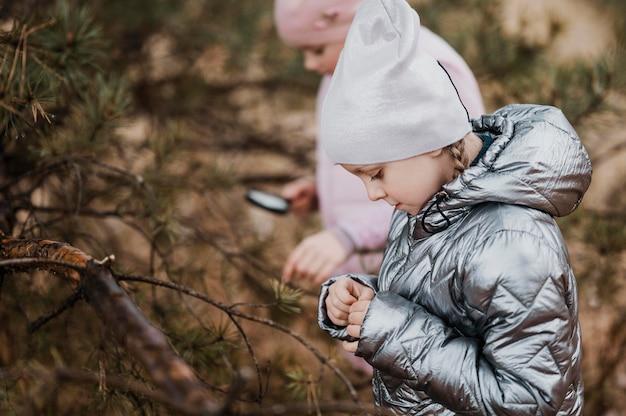 돋보기로 자연 속에서 과학을 배우는 아이들 무료 사진