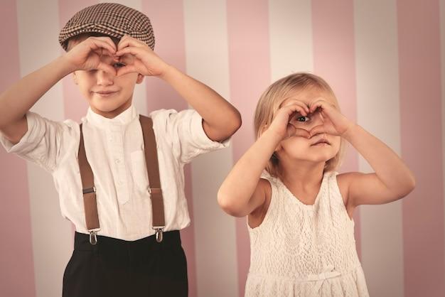 손에서 심장 모양을 통해 보는 아이 무료 사진