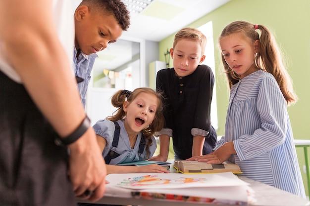 I bambini stanno esaminando la loro nuova lezione Foto Gratuite