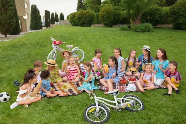 庭でピクニックの子供たち 無料写真