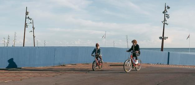 야외에서 재미 자전거에 아이 무료 사진