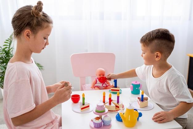 Bambini che giocano a un gioco di compleanno Foto Gratuite
