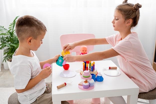 Bambini che giocano con un gioco del tè Foto Gratuite