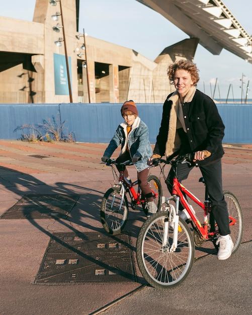 야외에서 함께 자전거를 타는 아이들 무료 사진