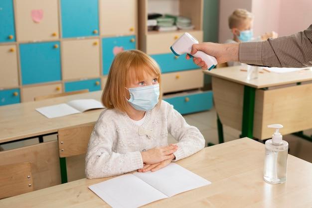 Bambini a scuola durante il concetto covid Foto Gratuite