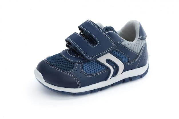 白い背景の正面に分離された子供靴 Premium写真