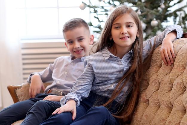 子供たちはソファに座る 無料写真