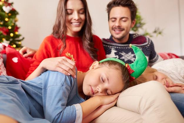 親の膝の上で寝ている子供たち 無料写真