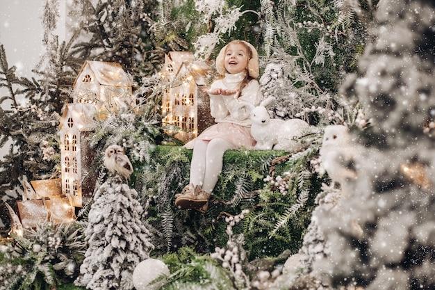 크리스마스 장식의 위층에 서있는 아이들 무료 사진