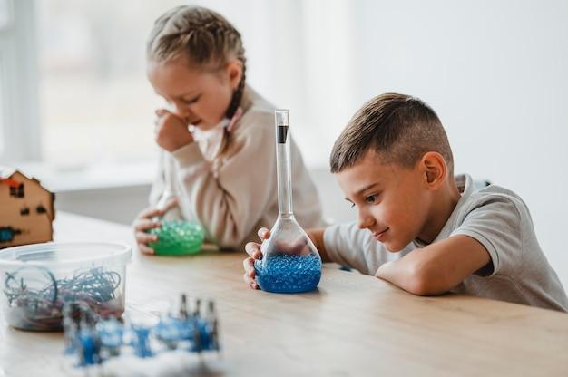 다른 요소와 클래스에서 화학을 공부하는 아이들 프리미엄 사진