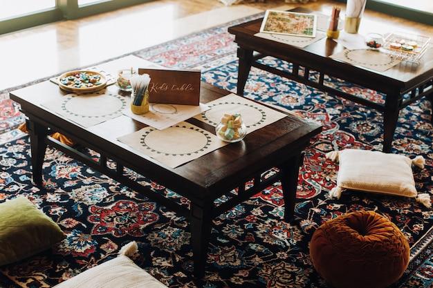 モロッコスタイルのレストランで子供のテーブル 無料写真