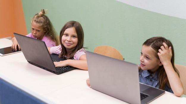 Bambini che utilizzano laptop a scuola Foto Gratuite